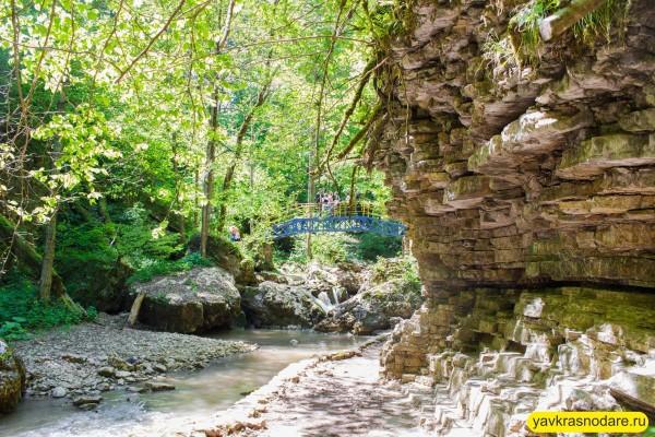 Водопады Руфабго скала